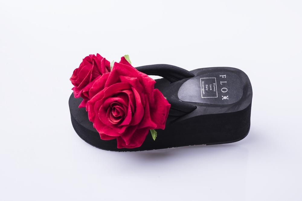 Floxy mezi prsty s rudými růžemi